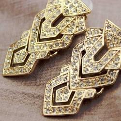 boucle pendante doree avec pierre geometrique